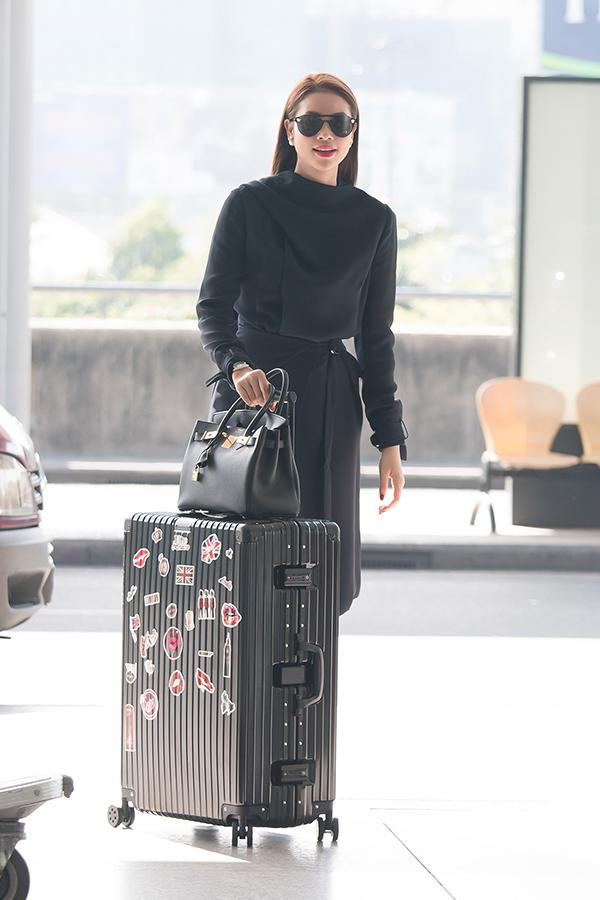 Phạm Hương diện set đồ hiệu ra sân bay đi Mỹ công tác