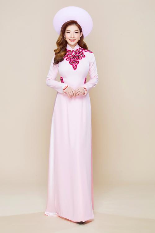 Áo dài lụa phớt hồng được xem là lựa chọn an toàn cho mọi cô dâu.