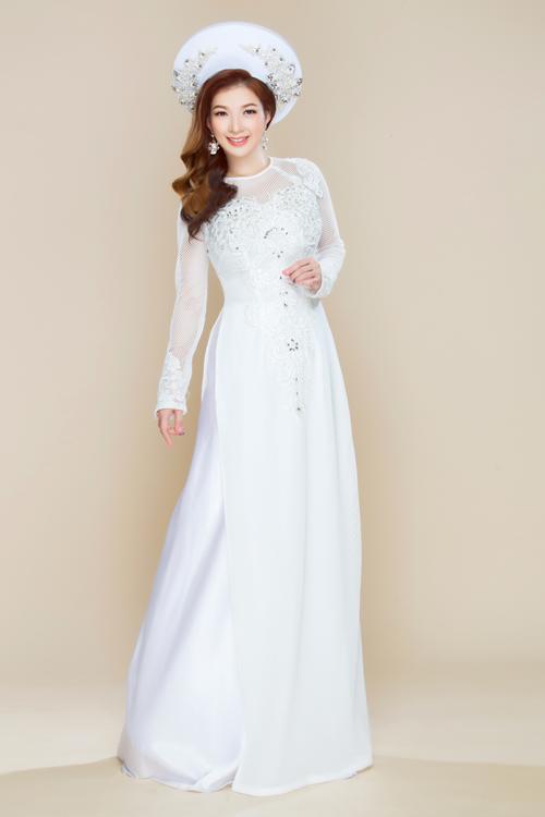 Những cô dâu thích sự tinh khôi, thanh khiết có thể chọn áo dài trắng kết hợp với mấn cùng tông. Thân áo điểm xuyết những bông hoa ren và hạt đá lấp lánh tựa giọt sương mai.