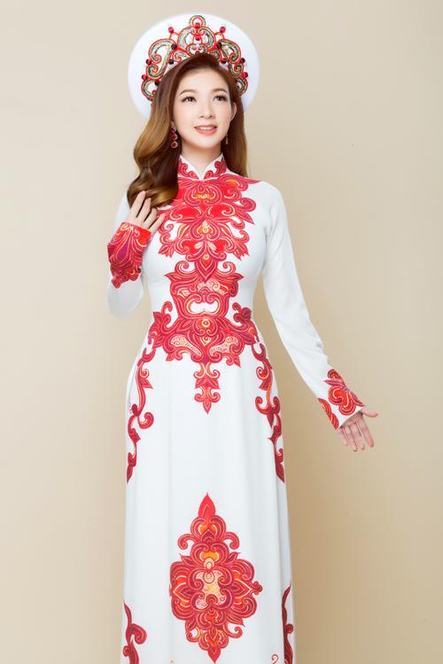 Mẫu áo dài lấy cảm hứng từ hoa sen cách điệu cũng phù hợp với không khí trang trọng của ngày cưới. Sự tương phản giữa sắc đỏ và trắng giúp cô dâu thêm nổi bật.