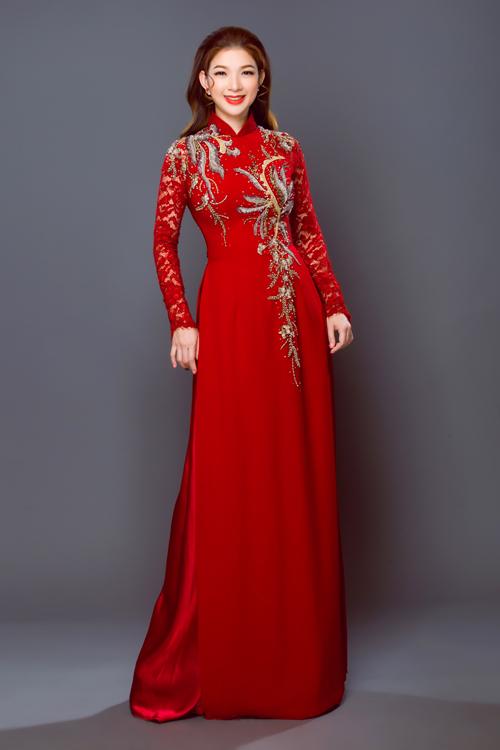 Một mẫu áo dài táp tay ren khác được thêu hoa văn đối xứng để tôn vòng một tròn đầy. Mẫu áo đỏ trầm phù hợp với cô dâu có nước da nâu hoặc muốn tạo phong cách sang trọng, chững chạc.
