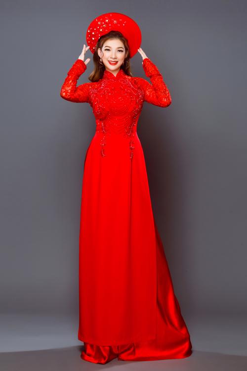 Áo dài đỏ vớihọa tiết đồng màu nhưng không hề bị chìm bởi sự tinh tế trong từng đường thuê thùa, đính kết. Áo táp tay ren giúp cô dâu che được khuyết điểm bắp tay mà vẫn tôn nét mỏng manh, gợi cảm.