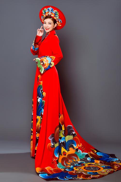 Áo dài biến tấu tà sau dài, rộng với họa tiết vẽ tay chiếm được cảm tình của các cô dâu mê nétÁ đông truyền thống. Mẫu áo gợi sự liên tưởng tới phong cách của Nam Phương hoàng hậu khi được kết hợp với chiếc mấn to bản.