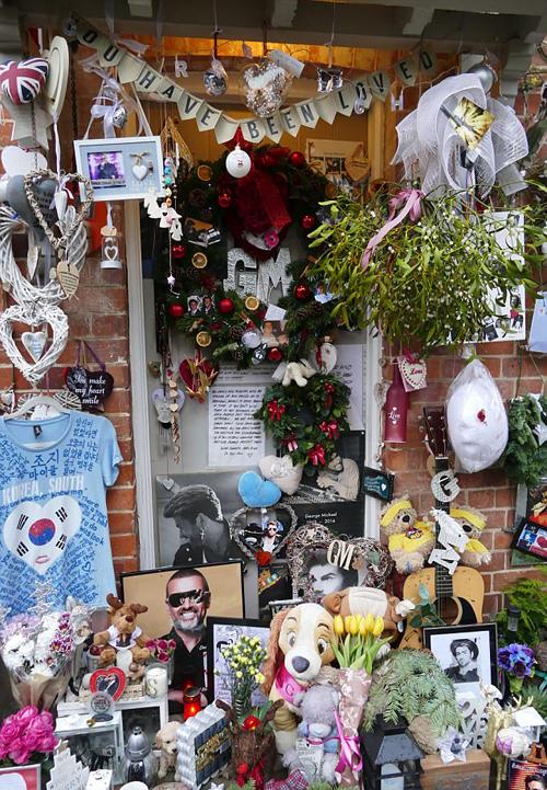Fan đặt hoa và ảnh tưởng nhớ George Michael bên ngoài ngôi nhà của anh.
