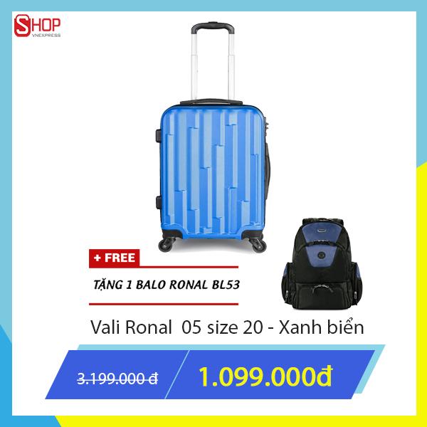 Vali kéo màu xanh coban giữ màu và luôn sáng bóng giảm còn 1.099.000 đồng so với giá gốc 3.199.000 đồng. Khi mua sản phẩm, khách hàng được tặng kèm một túi phụ kiện và một balo Ronal đen phối xanh.
