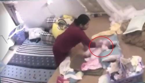 Hình ảnh bảo mẫu tát, đánh bé gái hơn một tháng tuổi được camera ghi lại. Ảnh chụp từ màn hình camera.