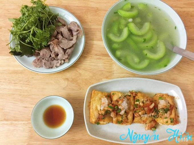 Mâm cơm đơn giản của gia đình chị Hiền luôn mang lại hạnh phúc cho cả hai vợ chồng.