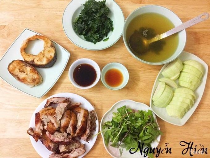 Chị Hiền thường mất khoảng 100 nghìn đồng để chuẩn bị bữa ăn tươm tất cho 2-3 người. Mâm cơm của vợ chồng chị có hai món mặn, một món rau và hoa quả tráng miệng.Với món mặn, nàng dâu Hà Nội chủ yếu biến tấu từ thịt lợn, thịt gà, cá và tôm. Rau và hoa quả được chị Nguyễn Hiền thay đổi theo mùa.