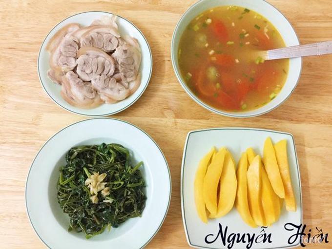 Những bữa cơm gia đình được chị Nguyễn Hiền nấu trong 30-45 phút. Thỉnh thoảng về sớm, chị dành nhiều thời gian thử nghiệm một số món lạ đãi chồng. Người vợ trẻ thích thú khi khám phá một công thức nấu ăn mới. Chị vui hơn khi luôn được ông xã ủng hộ.