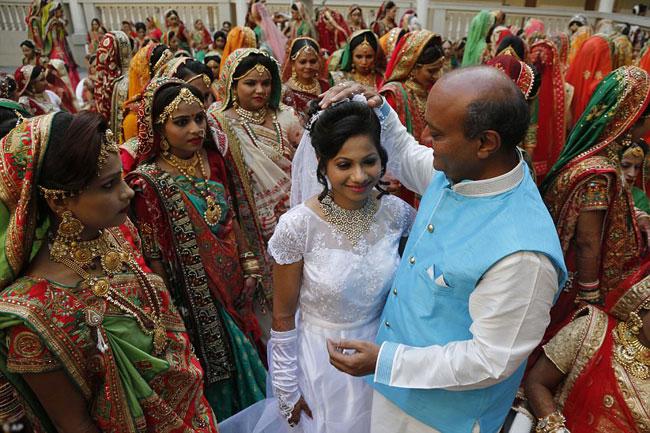 Ông Savani ban phước lành cho các cô dâu.