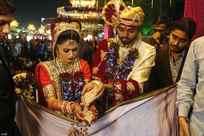 Các cặp đôi được thực hiện đúng theo nghi thức truyền thống.