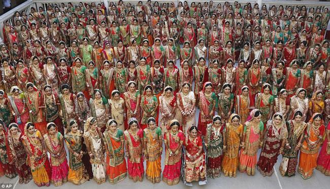 Các cô dâu xếp hàng chụp ảnh kỷ niệm trong đám cưới tập thể vào hôm qua 24/12.