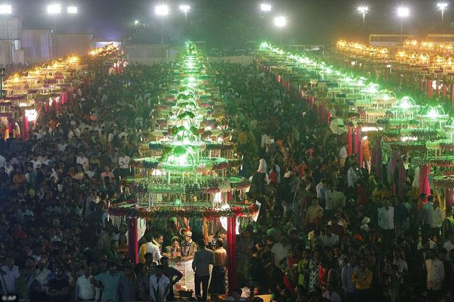 Hàng nghìn khách mời tham dự và được mời ăn uống miễn phí.