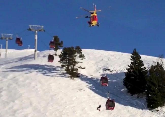 200 du khách đu dây xuống núi vì cáp treo hỏng