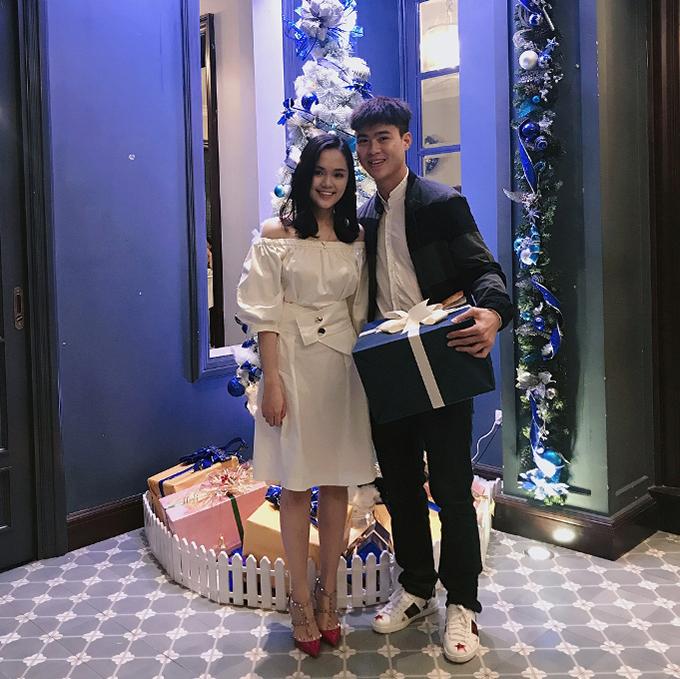 Tiền vệ Đỗ Duy Mạnh mới công khai hẹn hò với cô bạn gái Quỳnh Anh. Quỳnh Anhlà em vợ của tiền vệ Nguyễn Văn Quyết - đồng đội với Diuy Mạnh ở CLB Hà Nội.