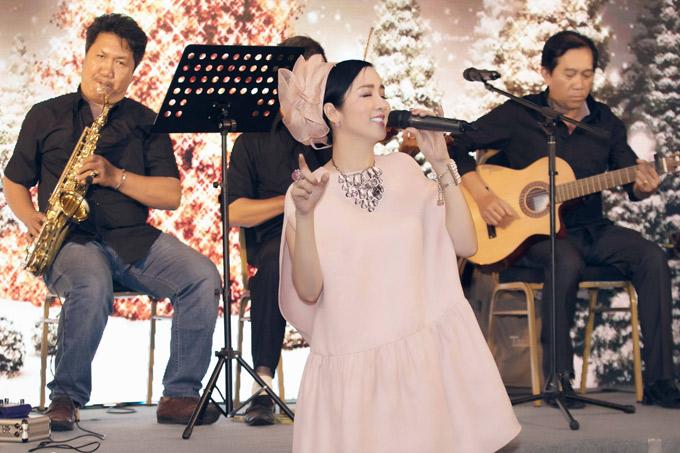 Hoa hậu gây bất ngờ khi khoe giọng hát trong sự kiện.