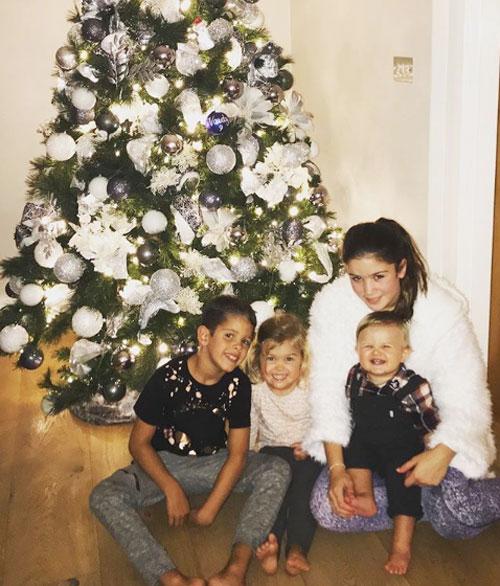 Jamie Vardy chia sẻ ảnh 4 nhóc trong đó có hai bé lớn là con riêng của cô vợ Rebekah