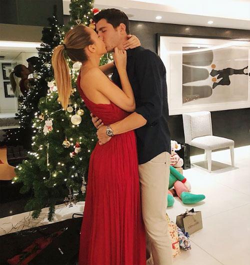 Đôi vợ chồng trẻ Morata mừng ngày lễ bằng bức ảnh khóa môi ngọt ngào.