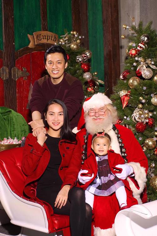 Lam Trường về Mỹ đoàn tụ với vợ con mùa Giáng sinh. Anh cho biết: Chúc các bạn của Trường có một mùa Giáng sinh vui vẻ, an lành. Đây là tấm hình đầu tiên của Phoebe cùng ba mẹ và ông già Noel.