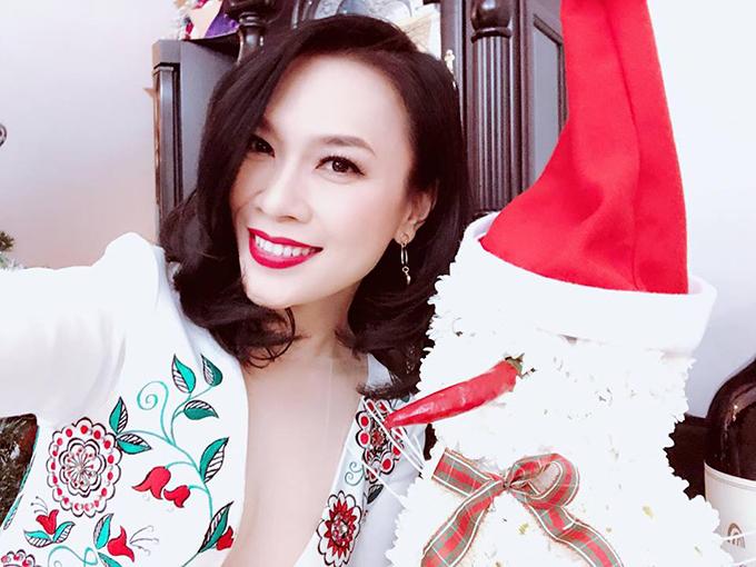 Mỹ Tâm hoá thành công chúa tuyết với bộ trang phục trắng muốt bên ông già Noel.