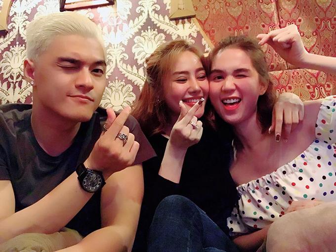 Ngọc Trinh, Linh Chi và Lâm Vinh Hải thân thiết đi chơi cùng nhóm bạn đêm Giáng sinh.