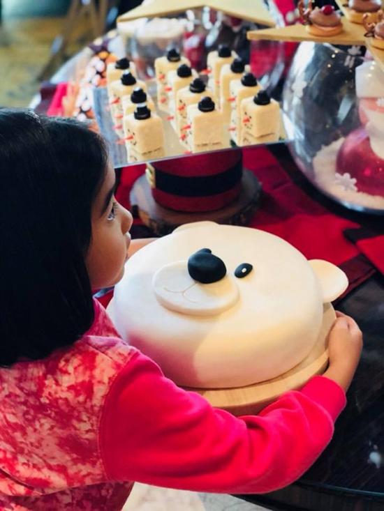 Con gái của Lê Tư thích thú với chiếcbánh dịp Giáng Sinh.