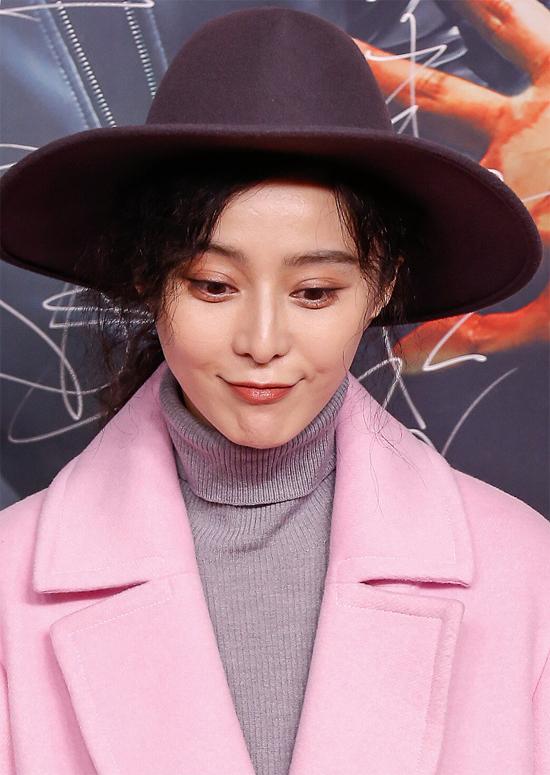 Làn da mịn màng không tì vết của ngôi sao Thắng Thiên Hạ. Băng Băng rất chịu khó chăm sóc da, cô thường xuyên bị bắt gặp xuất hiện trên phim trường với chiếc mặt nạ trên mặt.