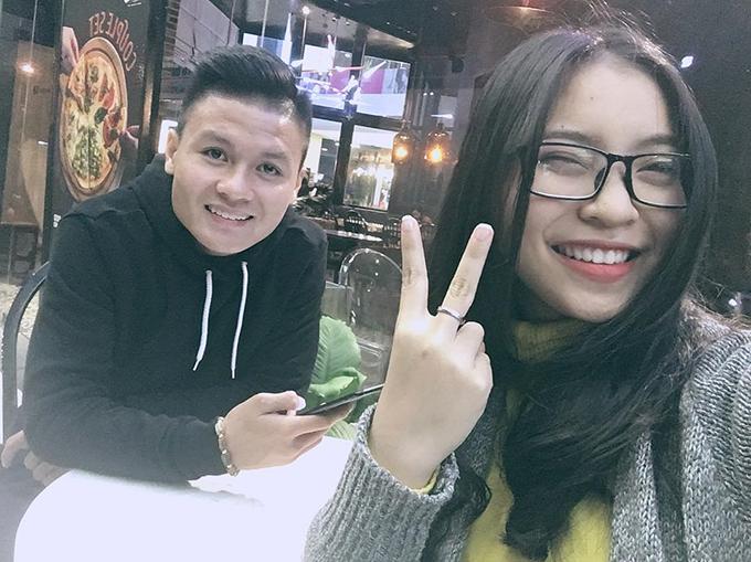 Tiền vệ Nguyễn Quang Hải đang có mối tình đẹp với cô bạn gái Nhật Lê. Cô gái quê Quảng Nam nhưng thường xuyên ra Hà Nội thăm Quang Hải và cổ vũ cho anh trong các trận đấu.
