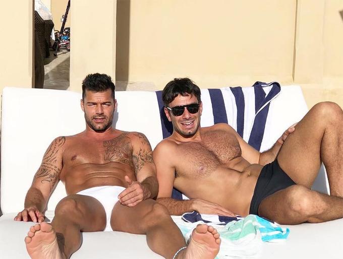 Ricky và bạn trai thư giãn đón sinh nhật và Giáng sinh trên bãi biển.