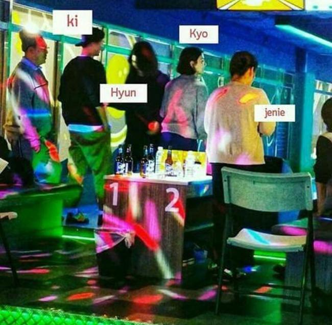 Song Hye Kyo và chồng chơi bowling tại một câu lạc bộ dịp Giáng Sinh.