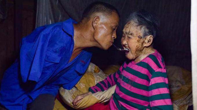 Không có tay, Chen học làm mọi việc bằng đôi chân và phần còn lại của cơ thể mình. Bây giờ, anh có thể nấu cơm, làm nông, đan giỏ bằng chân. Thậm chí, anh còn một mình chăm sóc người mẹ nay đã 91 tuổi, dùng răng giữ thìa để xúc cơm cho mẹ...