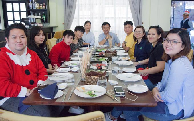 Hai ngôi sao thưởng thức một bữa ăntại nhà hàng Thái ở Việt Nam.