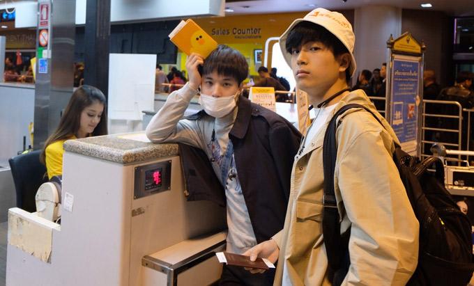 Cuối tuần qua, hai diễn viên Thái Lan Chanon Santinatornkul (đóng vai Bank) và Teeradon Supapunpinyo (tên tiếng Anh là James, đóng vai Pat) trong bộ phim gây sốtThiên tài bất hảo có chuyến đi đếnViệt Nam gặp gỡ các fan ruột.