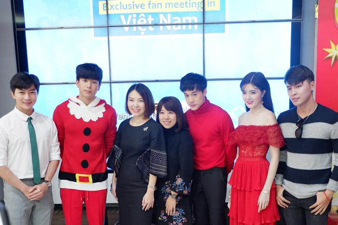 Hot girl Lilly Luta (váy đỏ), MCNam Hee (đeo cà vạt)và nhiều khán giả dự buổi giao lưu cùng hai diễn viên trẻ xứ chùa vàng.