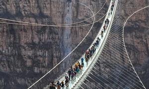 Cầu kính mới dài nhất thế giới ở Trung Quốc