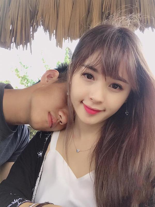 Hậu vệ Nguyễn Trọng Đại công khai bạn gái Thảo Hương hồi tháng 8. Bạn gái hot boy 20 tuổi hiện làm công việc kinh doanh online các sản phẩm làm đẹp.