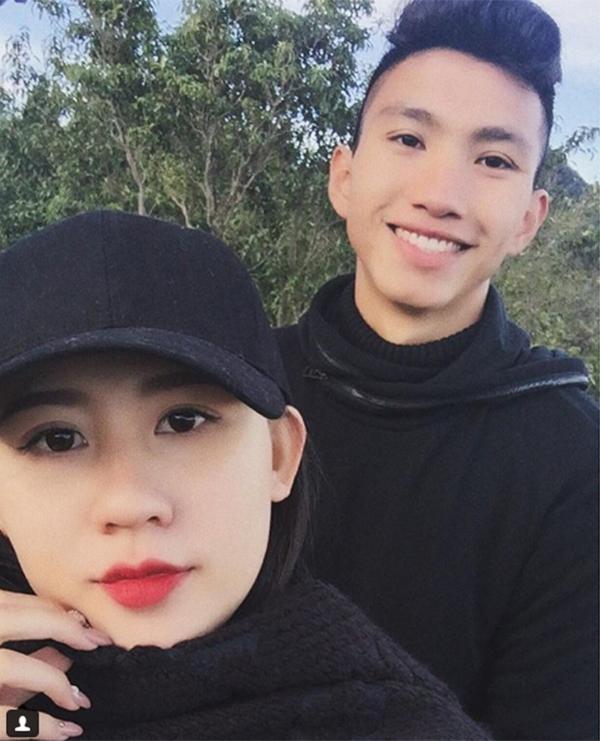 Hậu vệ Đoàn Văn Hậu cũng mới công khai cô bạn gái xinh đẹp trên trang cá nhân. Tuy nhiên, cầu thủ 18 tuổi chưa tiết lộ tên tuổicủa bạn gái.