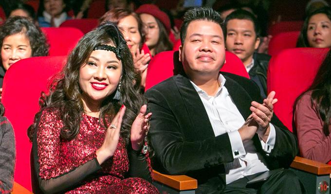 Vợ chồng Đăng Dương cùng sóng đôi đến thưởng thức đêm nhạc và vổ vũ cho các đồng nghiệp.