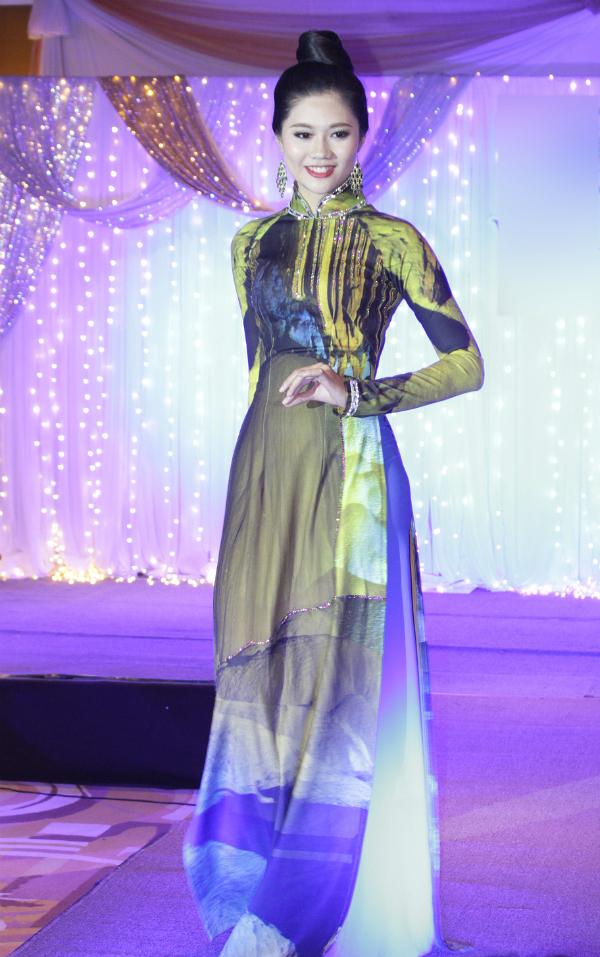 Miss Photo 2017 Vũ Hương Giang có buổi biểu diễn đầu tiên trên sân khấu nước ngoàisau khi đăng quang. Cô gái quê Hải Phòng, cao 1,73 m tham gia đêm giao lưu văn hóa Việt - Thái tổ chức ở xứ chùa vàng.