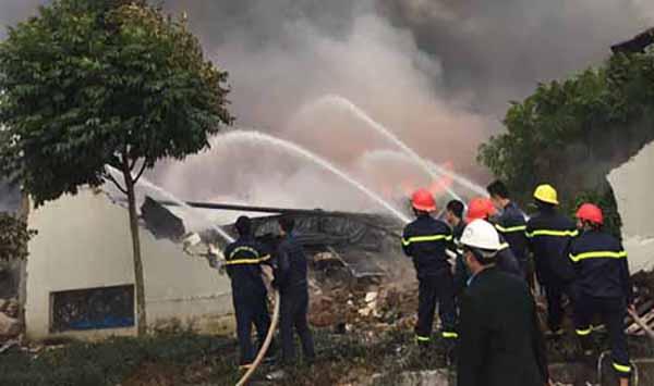 Cảnh sát cứu hoả phun nước dập lửa tiếp cận hiện trường.