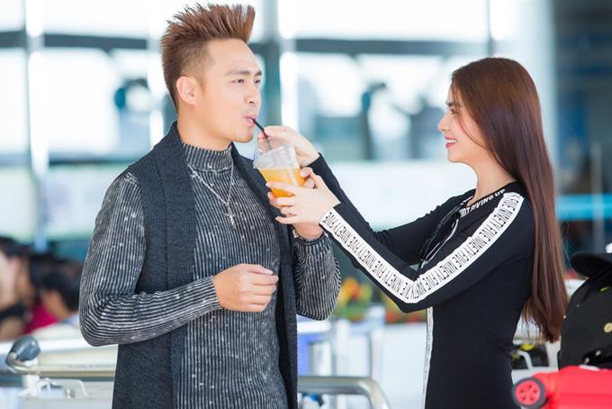 Vợ chồng Kha Ly - Thanh Duy đẹp đôi ở sân bay