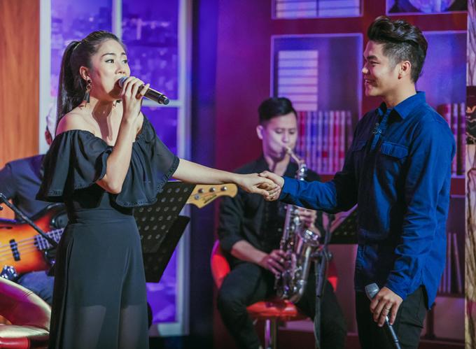 Nữ diễn viên và ông xã Trung Kiêntình tứ song ca bài hát Chờ người tặng khán giả và các đồng nghiệp tham gia chương trình.