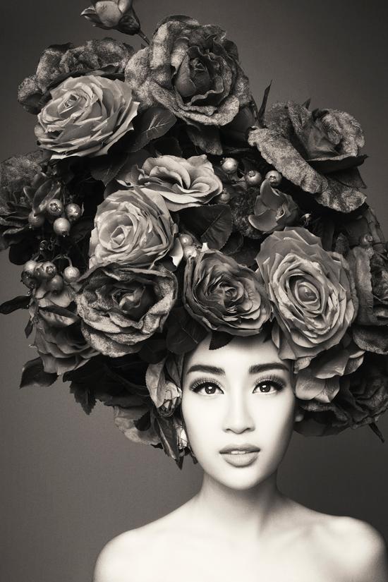 Hoa hậu Mỹ Linh với ánh mắt mơ màng.