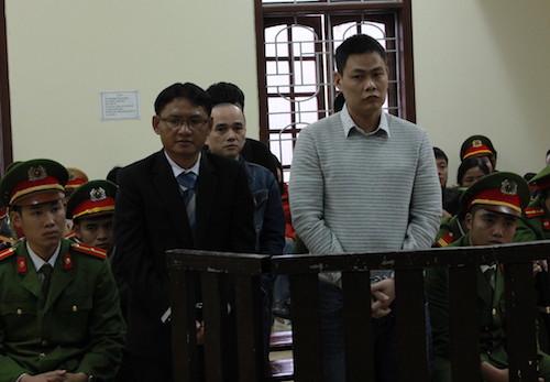 Ông trùm ma túy Phan Đình Tuấn trong bộ vest màu đen và đồng phạm tại tòa hôm nay. Ảnh: Anh Thư.