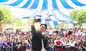 Rocker Nguyễn khoe ảnh selfie cùng fan ở mọi nơi