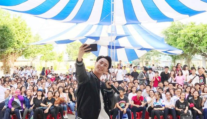 Rocker Nguyễn chụp ảnh cùng các bạn học sinh trong tour diễn tại trường Trung học phổ thông chuyên Long An. Trong mọi buổi biễu diễn, mọi hoạt động giao lưu, thậm chí ở mỗi chặng hành trình, mỗi chuyến đi, anh đều ghi lại dấu ấn đẹp cùng các fan và không quên để lại hashtag #StayAlpha trên trang Facebook cá nhân.