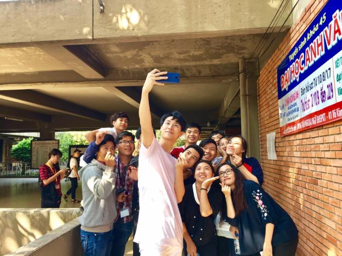 Chàng trai sinh năm 1993 chụp ảnh cùng các sinh viên Đại học Sư phạm Kỹ thuật TP HCM trong buổi ra mắt phim Glee. Rocker tiết lộ: Những lần chụp ảnh, có khi fan đề nghị, có khi Rocker chủ động selfie. Mọi khoảnh khắc đều rất đẹp, rất tự nhiên. Bất ngờ nhất là trong những chuyến lưu diễn, fan ra tận sân bay đón hay tiễn mình. Những lúc ấy, chỉ có hình ảnh mới thay được ngàn lời nói hay lời cám ơn.