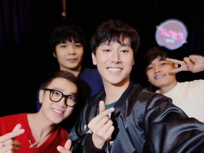 Vừa qua, Rocker Nguyễn tổ chức buổi offline kỷ niệm một năm hoạt động nghệ thuật. Tại chương trình này, nam ca sĩ tặng các Alpha những ca khúc hát live ngọt ngào cùng khả năng chơi đàn điêu luyện. Ngoài ra, Rocker đã dành tặng chiếc smartphone Huawei nova 2i cho fan may mắn.