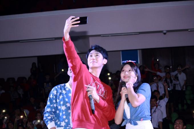 Rocker Nguyễn biểu diễn trong đêm nhạc Dấu chân xanh tại Đại học Huế. Giọng ca Quá khứ còn lại gì cho biết anh thường xuyên sử dụng Nova 2i có 4 camera, có thể xóa phông ngay cả khi chụp selfie để lưu lại những khoảnh khắc vui vẻ bên fan.