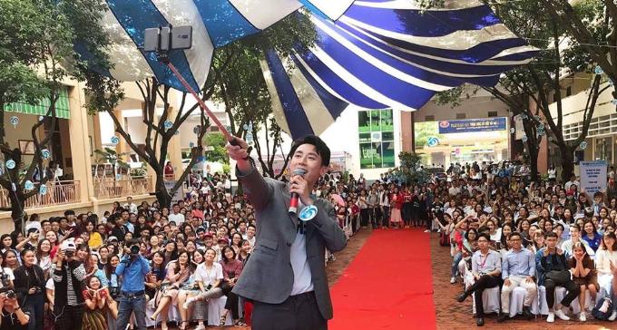 Rocker Nguyễn giao lưu cùng sinh viên trường Đại học Khoa học xã hội và nhân văn TP HCM. Anh đã selfie cùng các bạn trẻ và giáo viên của trường tại sự kiện.